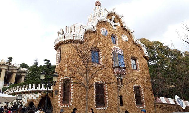 Один из пряничных домиков на входе в парк Гуэля