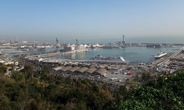 Вид на морской порт с холма Монжуик