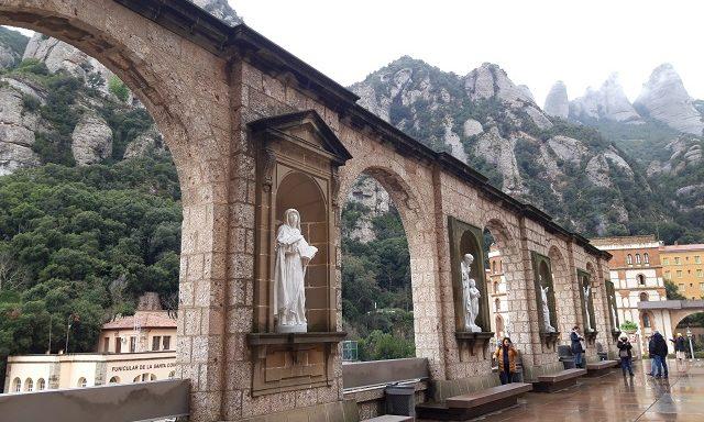 Арки на площади у монастыря Монтсеррат