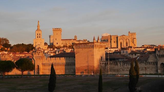 Старый город Авиньона на закате