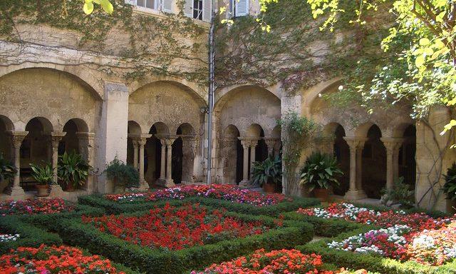 Цветущий двор монастыря в Сен-Реми