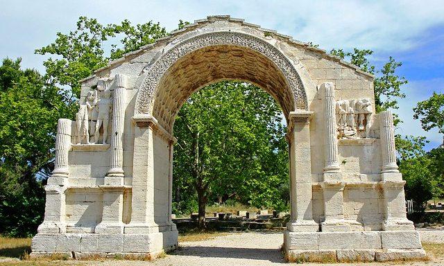 Триумфальная арка при входе в Гланум