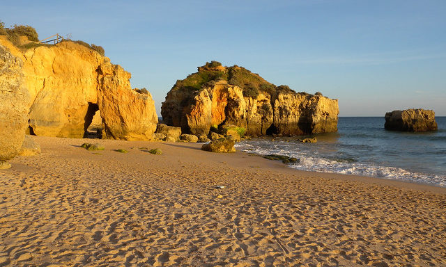 Скальные утесы на пляже Албуфейры